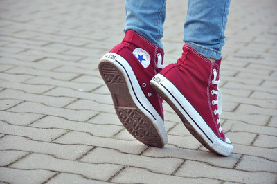 red converse girl